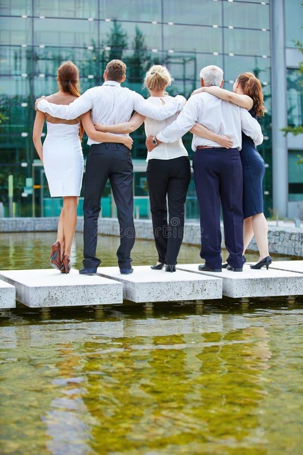 Ομάδα επιχειρηματιών που κοιτάζουν στο γραφείο στοκ φωτογραφία με δικαίωμα ελεύθερης χρήσης