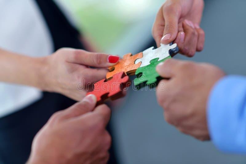 Ομάδα επιχειρηματιών που συγκεντρώνουν το γρίφο τορνευτικών πριονιών στοκ εικόνες