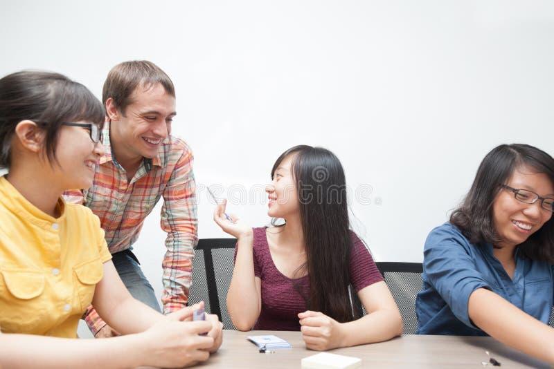 Ομάδα επιχειρηματιών που συζητά το άτομο που μιλά Ασιάτη στοκ εικόνες με δικαίωμα ελεύθερης χρήσης