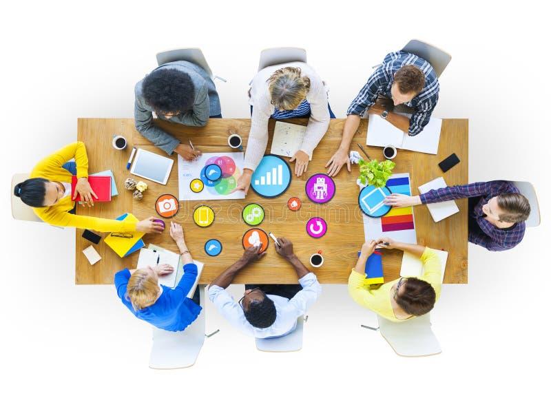 Ομάδα επιχειρηματιών που συζητούν με το κοινωνικό MEDIA διανυσματική απεικόνιση