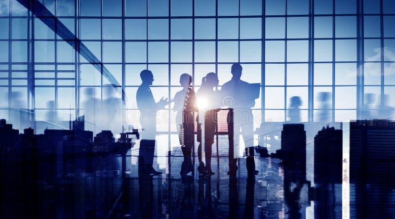Ομάδα επιχειρηματιών που συζητούν στο γραφείο στοκ φωτογραφίες με δικαίωμα ελεύθερης χρήσης
