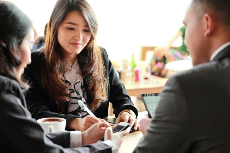 Ομάδα επιχειρηματιών που συναντιούνται στη καφετερία στοκ φωτογραφία με δικαίωμα ελεύθερης χρήσης