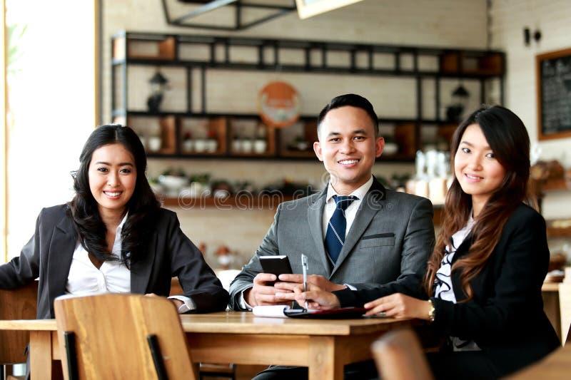 Ομάδα επιχειρηματιών που χαμογελούν και που εξετάζουν τη κάμερα στοκ εικόνα