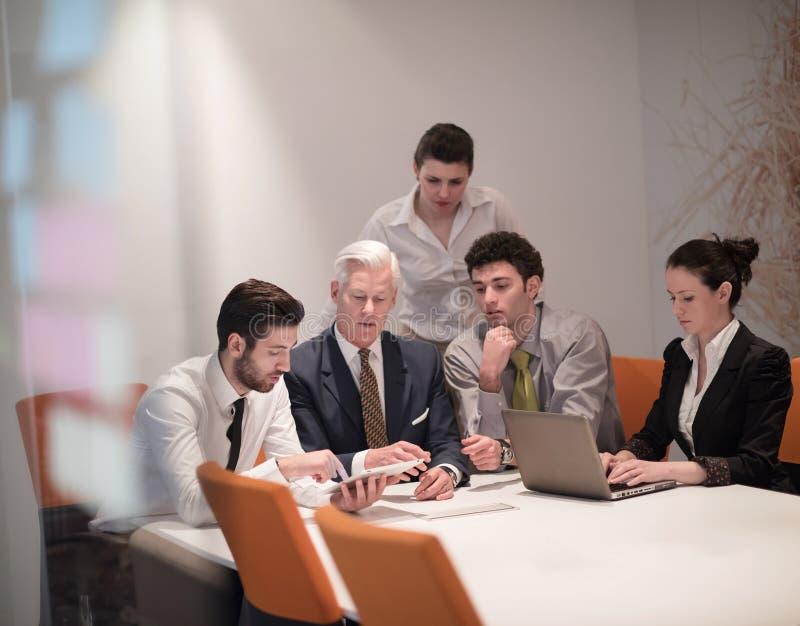 Ομάδα επιχειρηματιών σχετικά με τη συνεδρίαση στο σύγχρονο γραφείο ξεκινήματος στοκ εικόνες