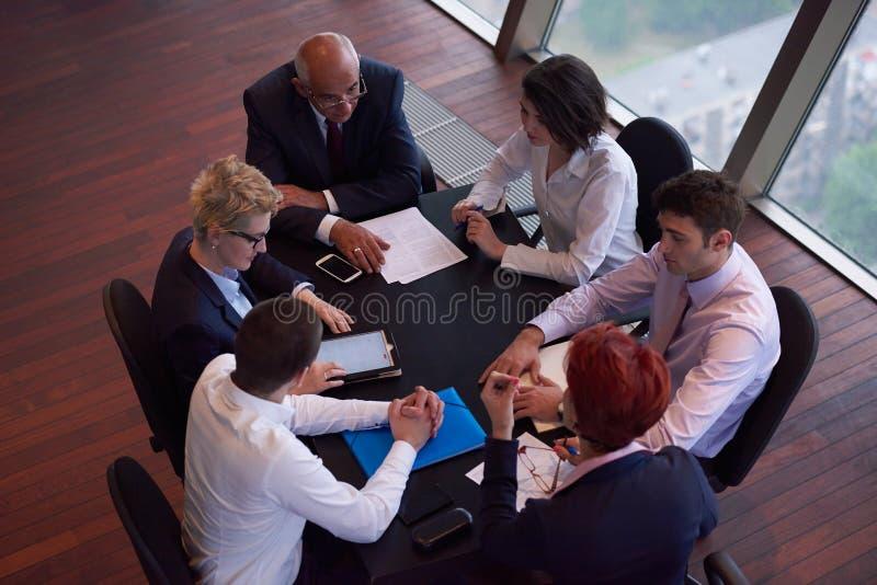Ομάδα επιχειρηματιών σχετικά με τη συνεδρίαση στο σύγχρονο φωτεινό γραφείο στοκ φωτογραφίες με δικαίωμα ελεύθερης χρήσης