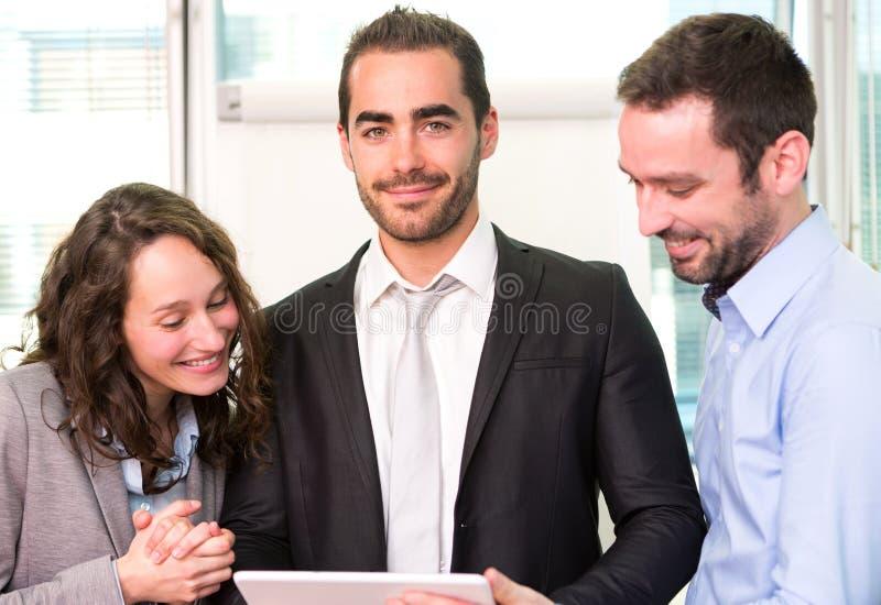 Ομάδα επιχειρησιακών συνεταίρων που εργάζονται μαζί στο γραφείο στοκ φωτογραφία με δικαίωμα ελεύθερης χρήσης