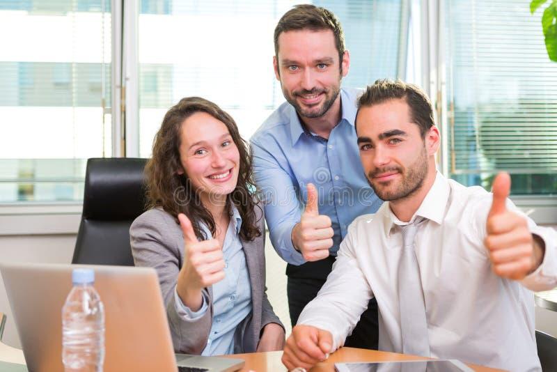 Ομάδα επιχειρησιακών συνεταίρων που εργάζονται μαζί στο γραφείο στοκ εικόνα με δικαίωμα ελεύθερης χρήσης