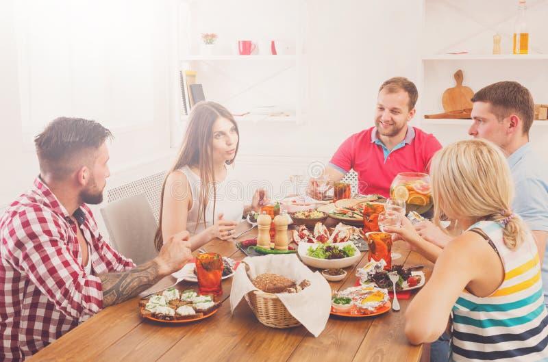 Ομάδα ευτυχών ανθρώπων στο εορταστικό κόμμα επιτραπέζιων γευμάτων στοκ φωτογραφίες με δικαίωμα ελεύθερης χρήσης
