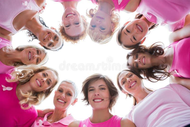 Ομάδα ευτυχών γυναικών στον κύκλο που φορά το ροζ για το καρκίνο του μαστού στοκ φωτογραφία με δικαίωμα ελεύθερης χρήσης