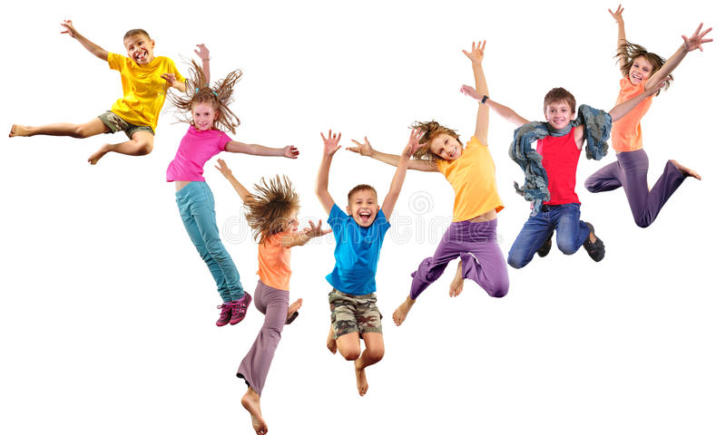 Ομάδα ευτυχών εύθυμων αθλητικών παιδιών που πηδούν και που χορεύουν στοκ φωτογραφίες