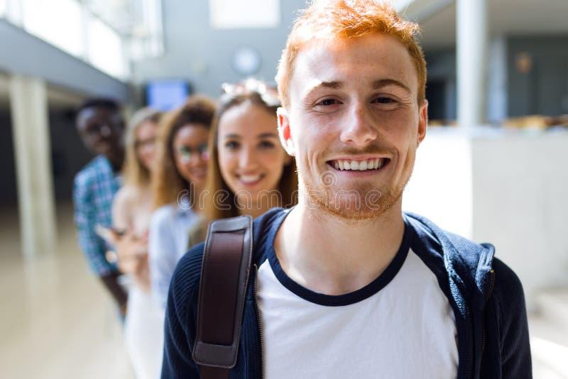 Ομάδα ευτυχών νέων σπουδαστών που εξετάζουν τη κάμερα σε ένα πανεπιστήμιο στοκ φωτογραφία με δικαίωμα ελεύθερης χρήσης