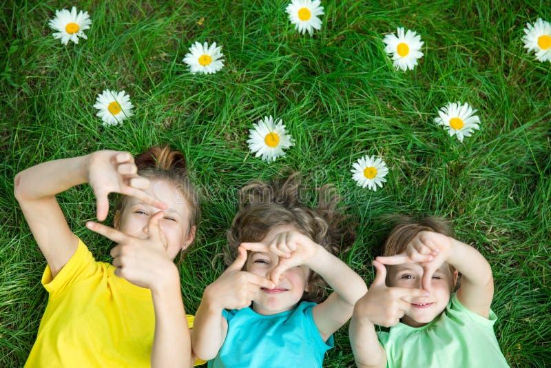 Ομάδα ευτυχών παιδιών που παίζουν υπαίθρια στοκ εικόνα με δικαίωμα ελεύθερης χρήσης