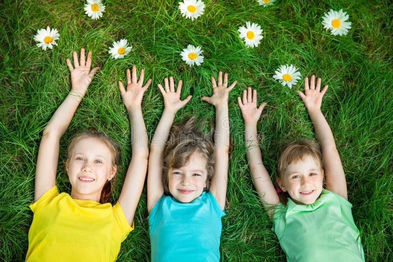 Ομάδα ευτυχών παιδιών που παίζουν υπαίθρια στοκ εικόνες με δικαίωμα ελεύθερης χρήσης
