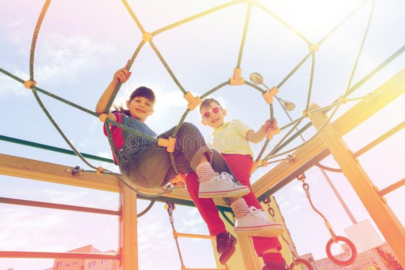 Ομάδα ευτυχών παιδιών στην παιδική χαρά παιδιών στοκ εικόνες