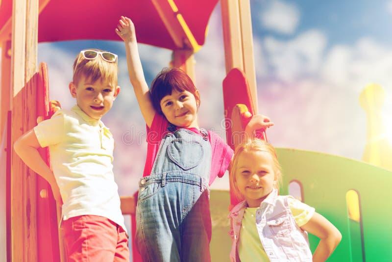 Ομάδα ευτυχών παιδιών στην παιδική χαρά παιδιών στοκ εικόνα