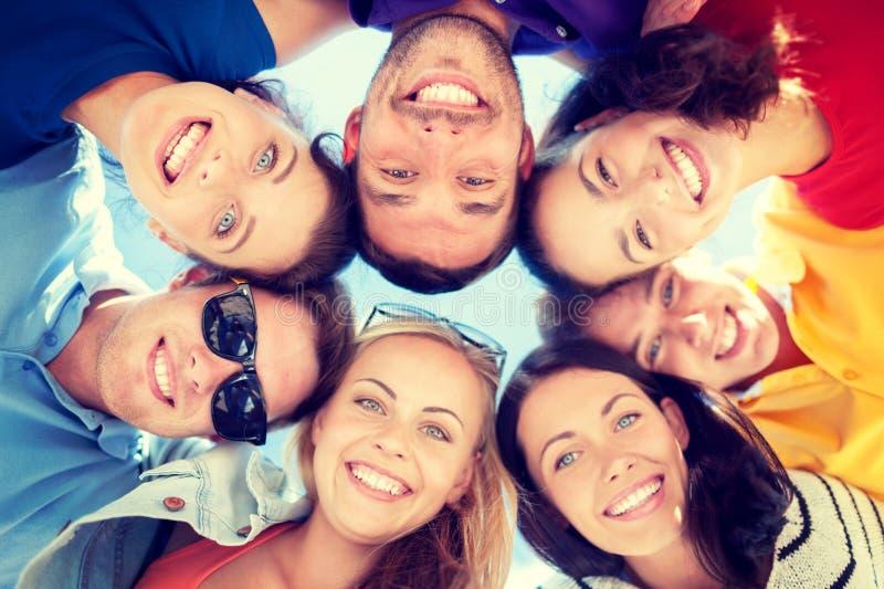 Ομάδα εφήβων που κοιτάζουν κάτω στοκ φωτογραφία με δικαίωμα ελεύθερης χρήσης