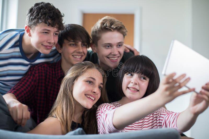 Ομάδα εφηβικών φίλων που θέτουν για Selfie στην ψηφιακή ταμπλέτα στοκ εικόνες