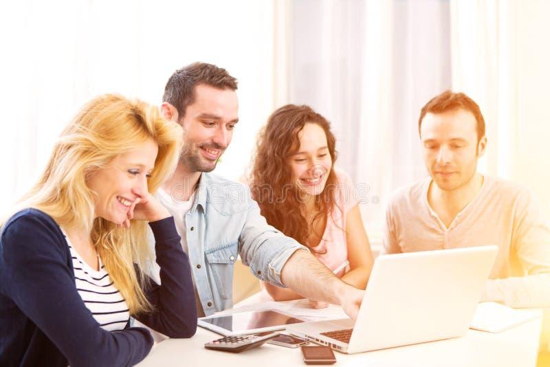 Ομάδα 4 ελκυστικών νέων που εργάζονται σε ένα lap-top στοκ φωτογραφίες με δικαίωμα ελεύθερης χρήσης