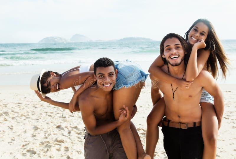 Ομάδα ζευγών αγάπης που γελούν στην παραλία στοκ φωτογραφία με δικαίωμα ελεύθερης χρήσης