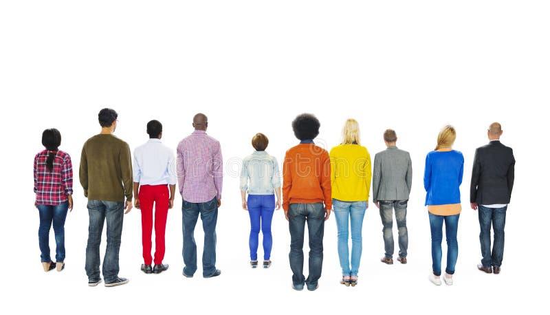 Ομάδα ζωηρόχρωμων ανθρώπων Multiethnic που αντιμετωπίζει προς τα πίσω στοκ φωτογραφία με δικαίωμα ελεύθερης χρήσης