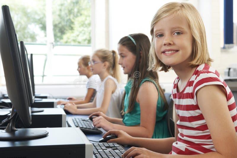 Ομάδα θηλυκών στοιχειωδών παιδιών σχολείου στην κατηγορία υπολογιστών στοκ εικόνα με δικαίωμα ελεύθερης χρήσης