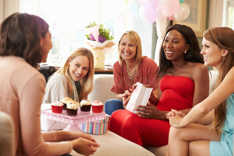 Ομάδα θηλυκών φίλων που συναντιούνται για το ντους μωρών στο σπίτι στοκ εικόνα με δικαίωμα ελεύθερης χρήσης