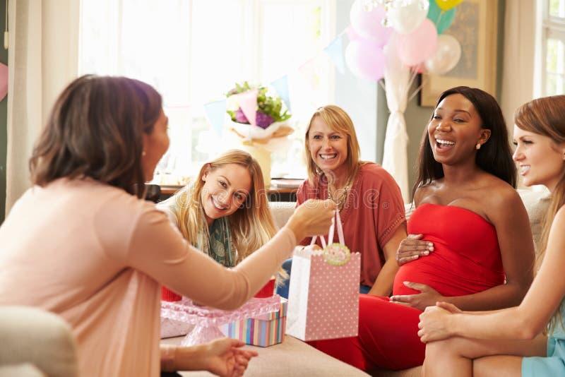 Ομάδα θηλυκών φίλων που συναντιούνται για το ντους μωρών στο σπίτι στοκ φωτογραφίες