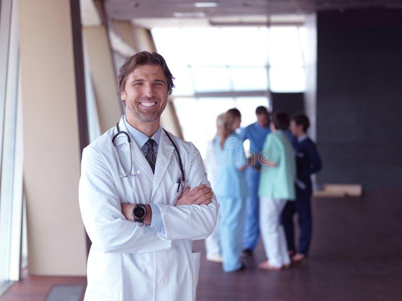 Ομάδα ιατρικού προσωπικού στο νοσοκομείο, γιατρός μπροστά από την ομάδα στοκ φωτογραφίες