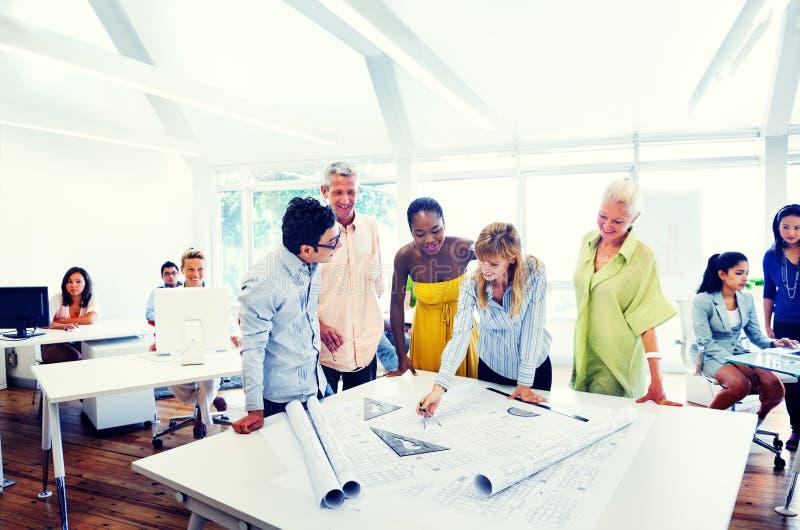 Ομάδα διαφορετικών ανθρώπων που εργάζονται στο γραφείο στοκ εικόνες με δικαίωμα ελεύθερης χρήσης