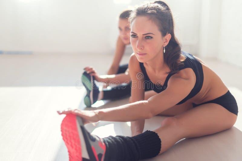 Ομάδα κατάλληλων γυναικών που απασχολούνται στους μυς ποδιών τεντώματος στοκ φωτογραφία με δικαίωμα ελεύθερης χρήσης