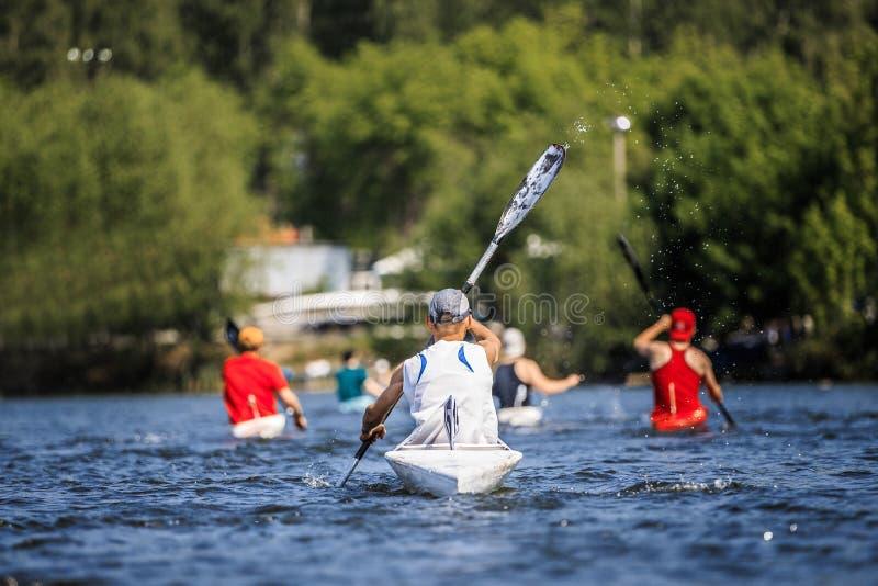 Ομάδα κωπηλασίας canoeists αθλητών ατόμων στη λίμνη στοκ εικόνα με δικαίωμα ελεύθερης χρήσης