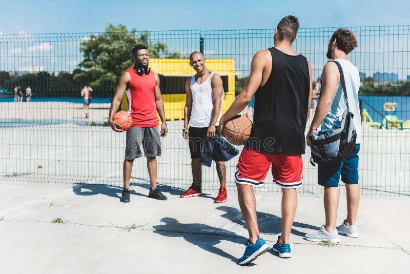 Ομάδα μπάσκετ που συζητά τη νέα στρατηγική παιχνιδιών στοκ εικόνες με δικαίωμα ελεύθερης χρήσης