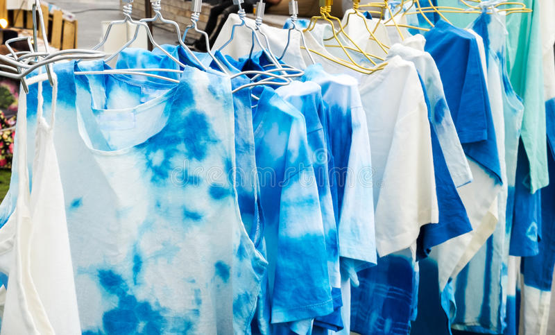 Ομάδα μπλε και άσπρης ένωσης σχεδίου μπλουζών μπατίκ με την κρεμάστρα στο ράφι για την πώληση στην αγορά για θερινή περίοδο για ν στοκ εικόνα