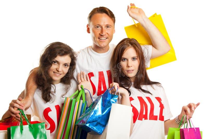 Ομάδα νέων με τις μπλούζες πώλησης ` ` στοκ φωτογραφίες με δικαίωμα ελεύθερης χρήσης