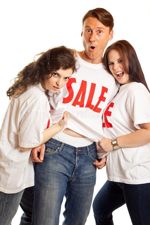 Ομάδα νέων με τις μπλούζες πώλησης ` ` στοκ φωτογραφία με δικαίωμα ελεύθερης χρήσης