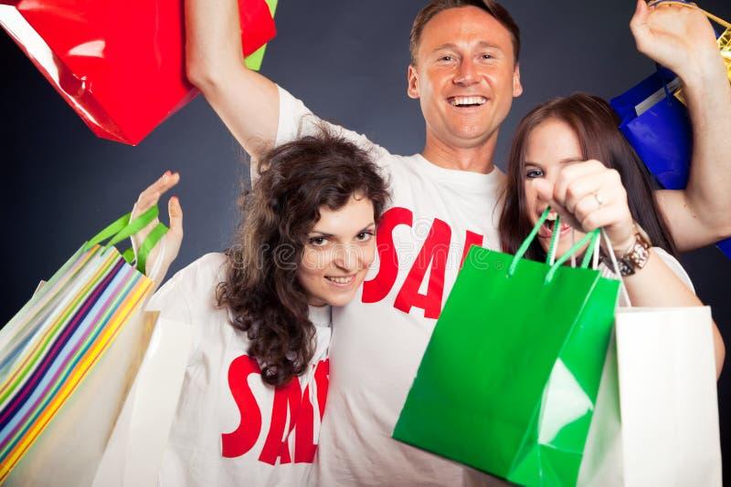Ομάδα νέων με τις μπλούζες πώλησης ` ` στοκ εικόνες με δικαίωμα ελεύθερης χρήσης
