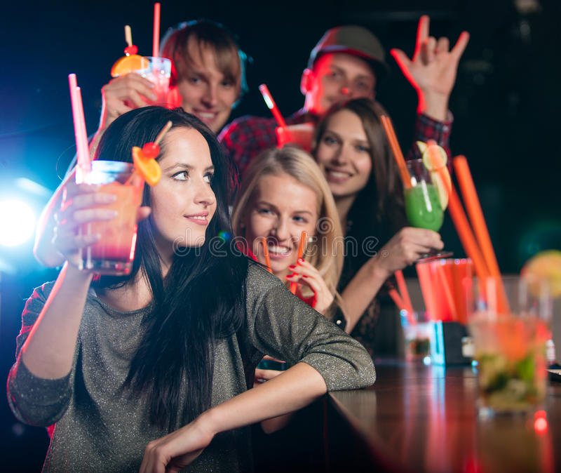 Download Ομάδα νέων που έχουν τον εορτασμό κομμάτων Στοκ Εικόνα - εικόνα από ράβδων, μόδα: 62705743