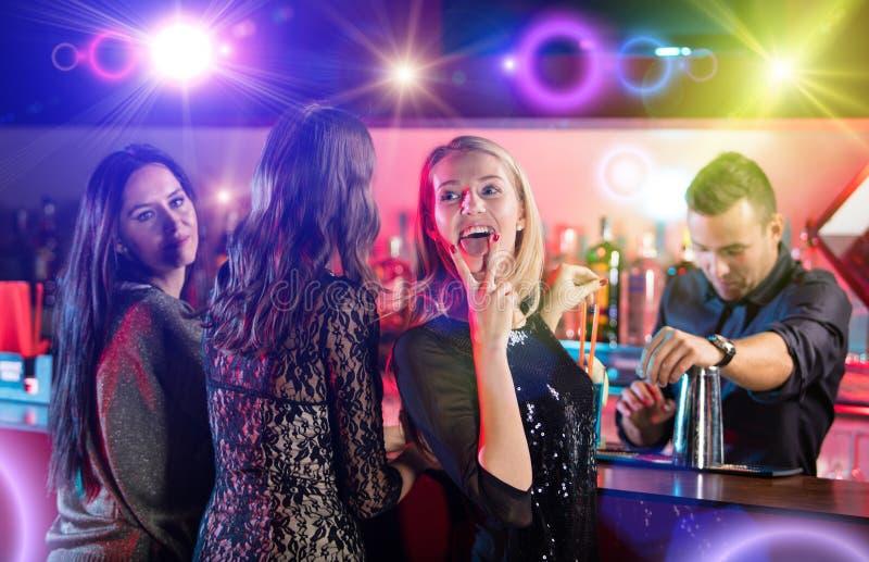 Download Ομάδα νέων που έχουν τον εορτασμό κομμάτων Στοκ Εικόνα - εικόνα από μόδα, πλήθος: 62705753