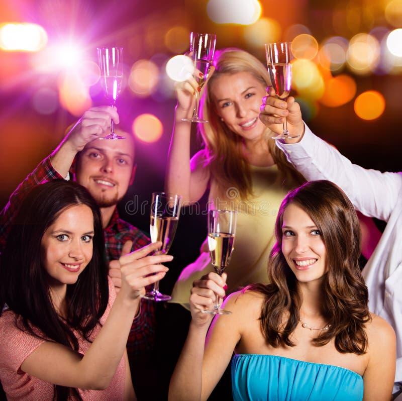 Download Ομάδα νέων που έχουν τον εορτασμό κομμάτων Στοκ Εικόνα - εικόνα από lifestyle, ευτυχής: 62705809