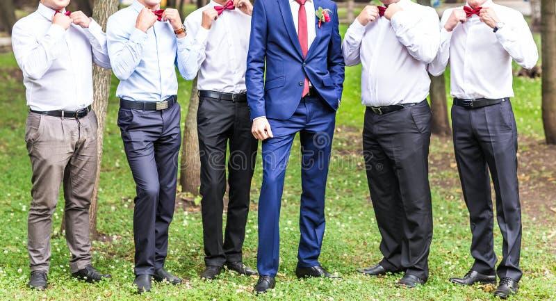 Ομάδα νεαρών άνδρων με το δεσμό τόξων εύθυμοι φίλοι φίλοι υπαίθρια ευτυχής εκλεκτής ποιότητας γάμος ημέρας ζευγών ιματισμού στοκ φωτογραφία