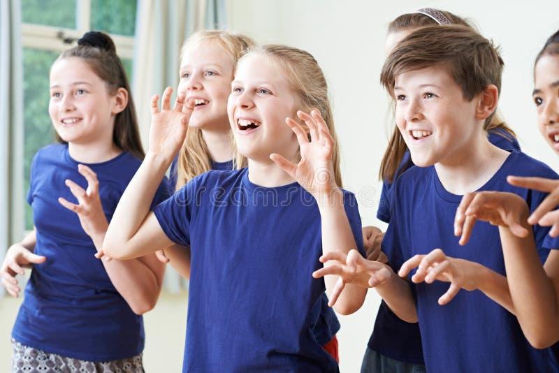 Ομάδα παιδιών που απολαμβάνουν την κατηγορία δράματος από κοινού στοκ εικόνες με δικαίωμα ελεύθερης χρήσης
