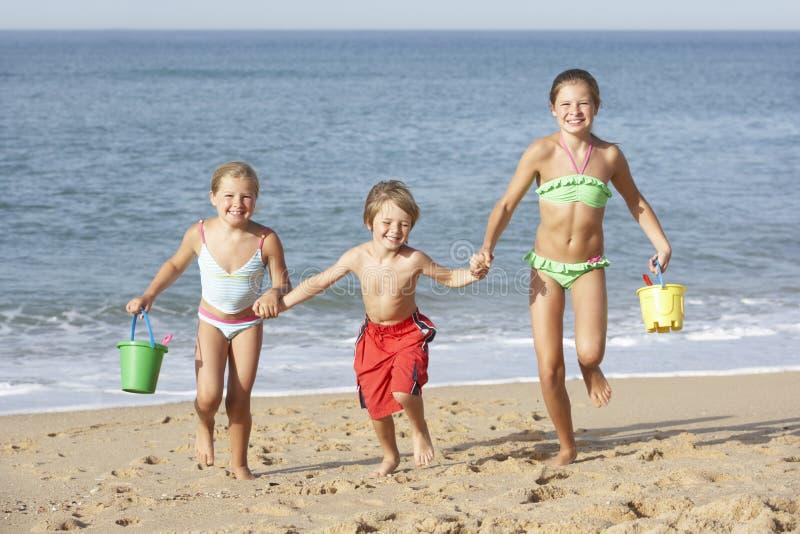 Ομάδα παιδιών που απολαμβάνουν τις παραθαλάσσιες διακοπές στοκ φωτογραφία με δικαίωμα ελεύθερης χρήσης