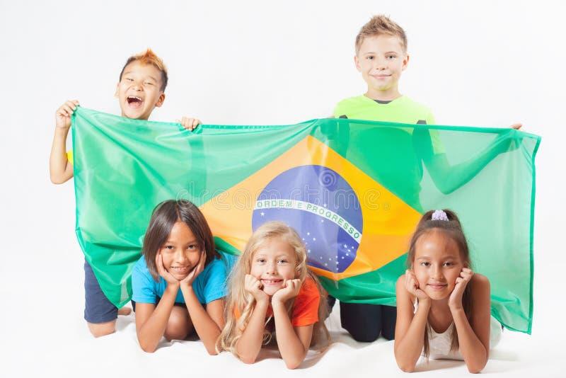 Ομάδα παιδιών που κρατούν μια σημαία της Βραζιλίας στοκ εικόνες