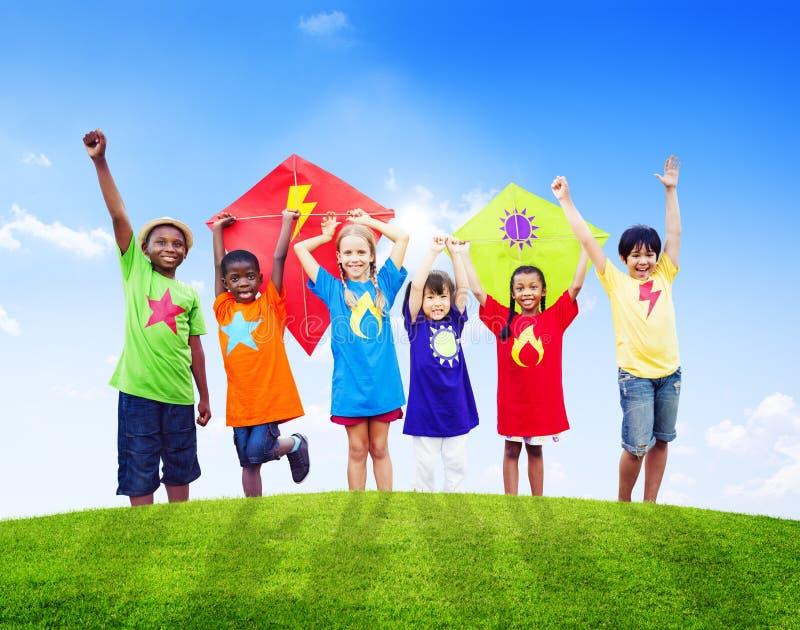 Ομάδα παιδιών που παίζουν τους ικτίνους υπαίθρια στοκ φωτογραφία με δικαίωμα ελεύθερης χρήσης