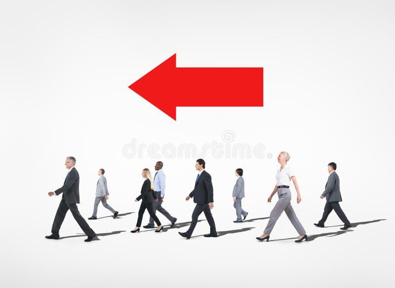 Ομάδα περπατήματος επιχειρηματιών Multiethnical στοκ εικόνα