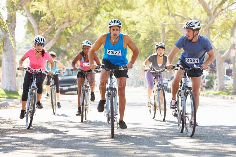 Ομάδα ποδηλατών στην προαστιακή οδό στοκ εικόνες