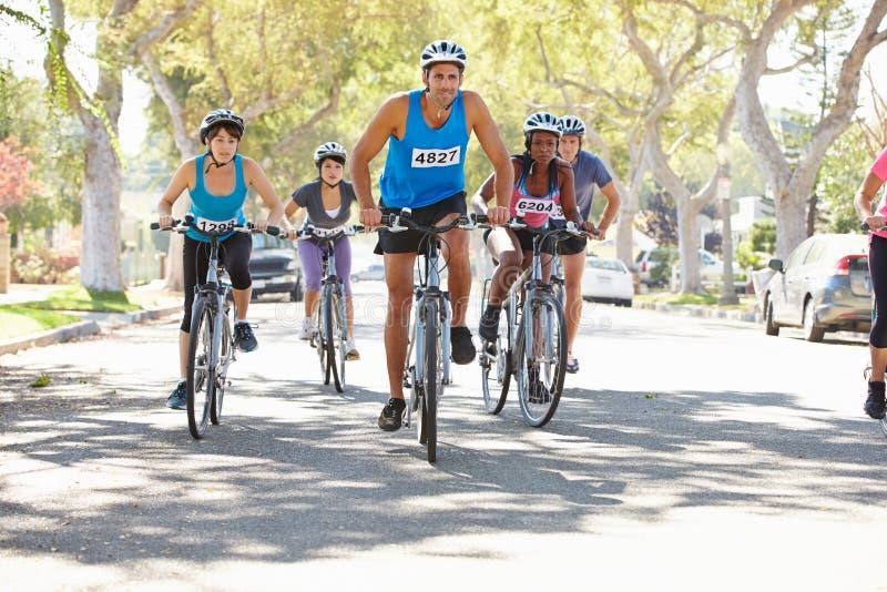 Ομάδα ποδηλατών στην προαστιακή οδό στοκ φωτογραφίες με δικαίωμα ελεύθερης χρήσης
