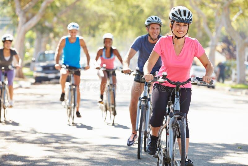 Ομάδα ποδηλατών στην προαστιακή οδό στοκ εικόνες με δικαίωμα ελεύθερης χρήσης