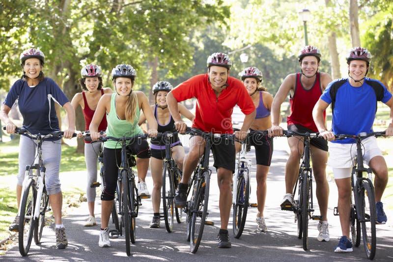 Ομάδα ποδηλατών στο γύρο κύκλων μέσω του πάρκου στοκ εικόνες με δικαίωμα ελεύθερης χρήσης