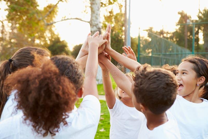 Ομάδα ποδοσφαίρου νεολαίας που εκπαιδεύει από κοινού στοκ εικόνα